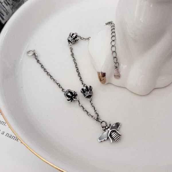 пчела и три корони закачени като талисмани на гривна сребро 925