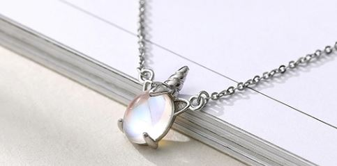 сребърен синджир с талисман еднорог и кристал