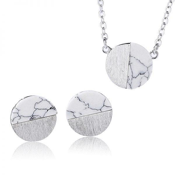 сребърен комплект с мрамор на бял фон