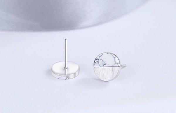 сребърни обеци с мрамор на бял фон