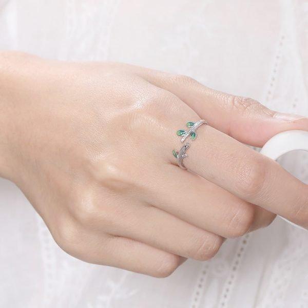 сребърен пръстен гора на женска ръка