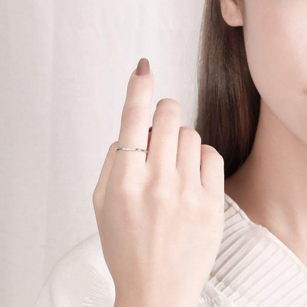 сребърен пръстен класика на женска ръка