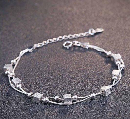 сребърна гривна за крак с двойна верижка, квадратни елементи и мънисто