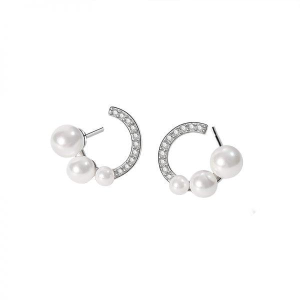 фронтална продуктова фотография на сребърни обеци с три перли и кубичен цирконий върху бял фон
