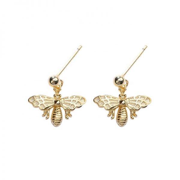 Фронтална детайлна снимка на позлатени сребърни обеци под формата на пчела върху бял фон
