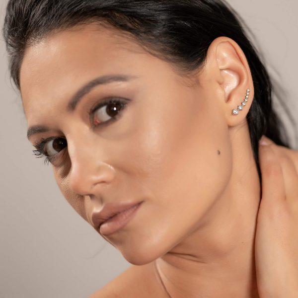 красива жена модел снимана с големите сребърни обеци фиби от бижутерия силенти
