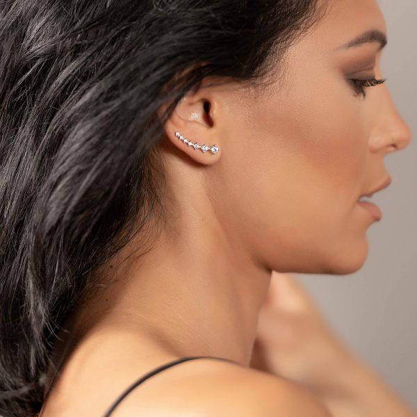 красива жена снимана в профил със сребърните обеци фиби