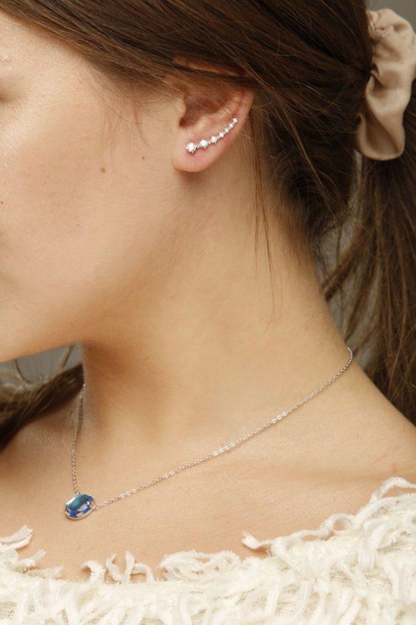 страничен кадър на модел със сребърни обеци тип фиби, изкачващи се по ухото