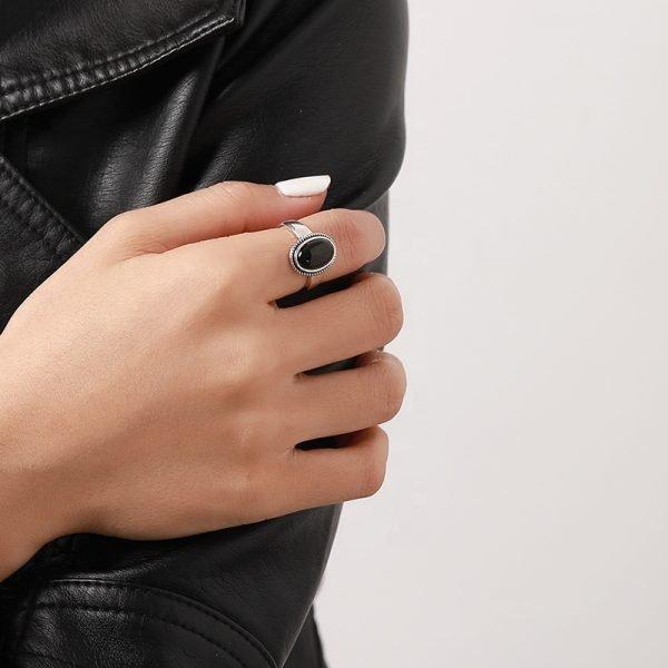 дамска ръка със сребърен пръстен с масивен черен ахат на показалеца