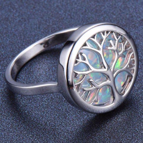 детайлна снимка на сребърен пръстен дървото на живота със синтетичен опал под символа