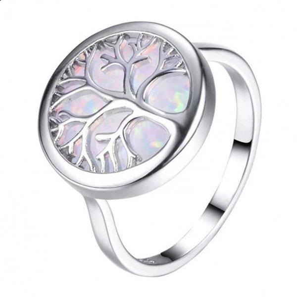 сребърен пръстен дървото на живота със синтетичен опал сниман от близо под лек ъгъл на бял фон