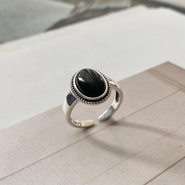 сребърен пръстен с масивен черен ахат поставен изправен