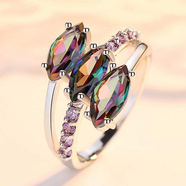 детайлна снимка на сребърен пръстен с три отделни многоцветни камъка топаз