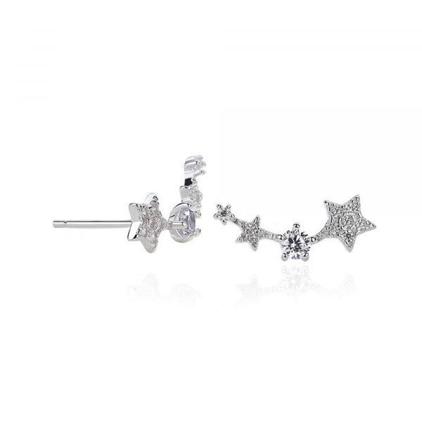 снимка на бял фон и една обеца под ъгъл на сребърни обеци изкачващи се по ухото и състоящи се от четири блестящи звезди в различен размер с кристали