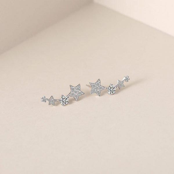 сребърни обеци изкачващи се по ухото и състоящи се от четири блестящи звезди в различен размер с кристали