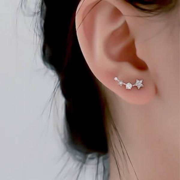 женско ухо със сребърните обеци комета