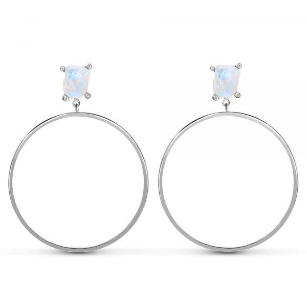 красиви сребърни обеци халки с естествен лунен камък и висящ кръгъл елемент под него снимани на бял фон централно