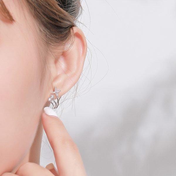 дамско ухо със сребърна обеца с три отделни звездовидни бляскави елемента