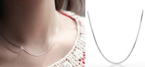 дамски модел носещ сребърен синджир тип змийска плетка