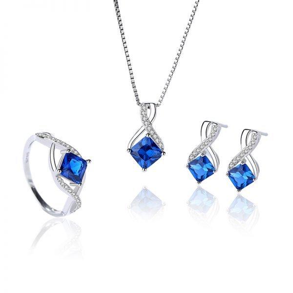 сребърен комплект с венецианска плетка и изящни сини кристали, допълнени от малки камъчета покрай тях на бял фон