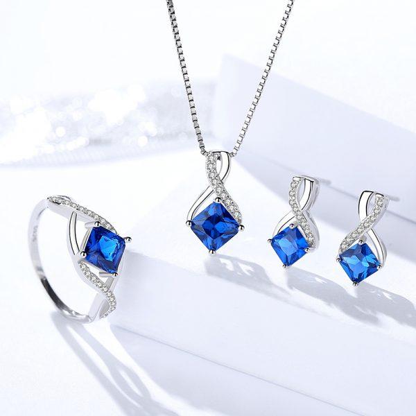 сребърен комплект с венецианска плетка и изящни сини кристали, допълнени от малки камъчета покрай тях