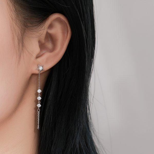 дамско ухо с дълга висяща обеца и четири отдлени овални елемента с кубичен цирконий