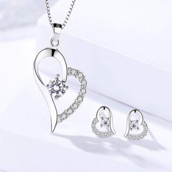 сребърен комплект красива обич колие и обеци в сърцевидна форма с бляскави камъни кубичен цирконий на бял фон