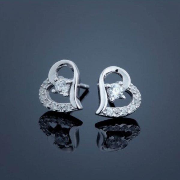 сребърни обеци от комплект красива обич снимани на черен фон