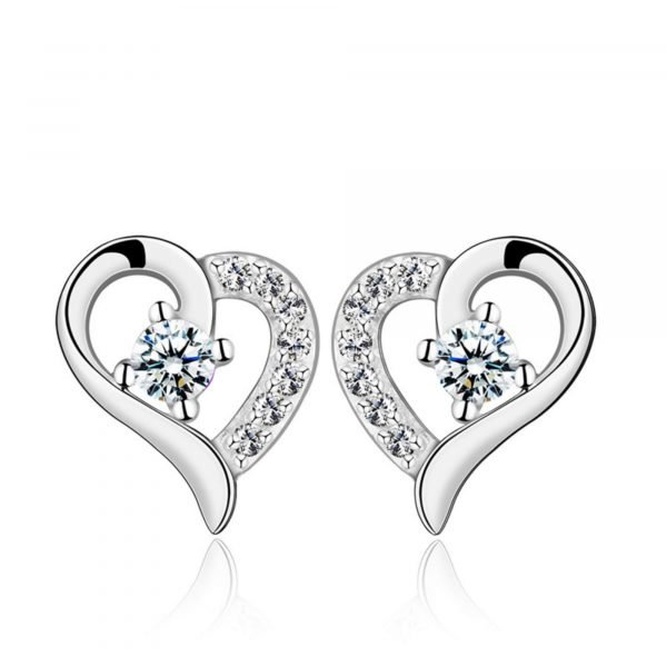 сребърни обеци от комплект красива обич на бял фон