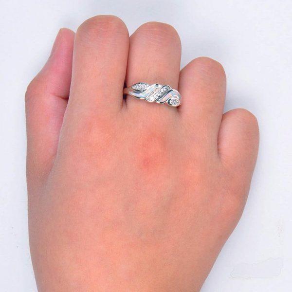 дамска ръка със сребърен пръстен с изключително цветен синтетичен опал