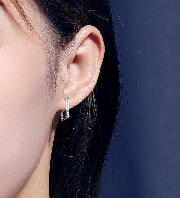 """дамско ухо със правоъгълни сребърна обеца тип """"полухалка"""" с кубични циркони в предната част"""