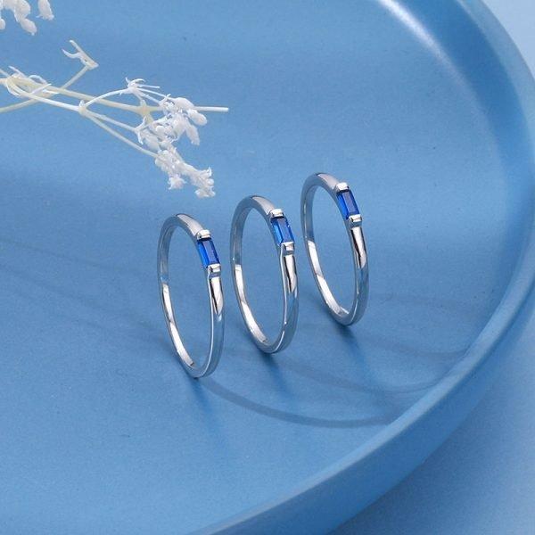 три сребърни пръстена с правоъгълен син кубичен цирконий в центъра