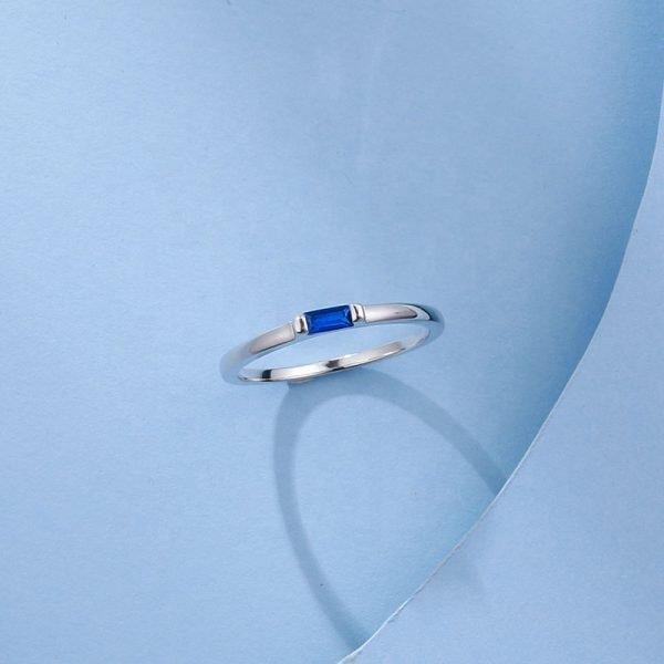 сребърен пръстен с правоъгълен син кубичен цирконий в центъра