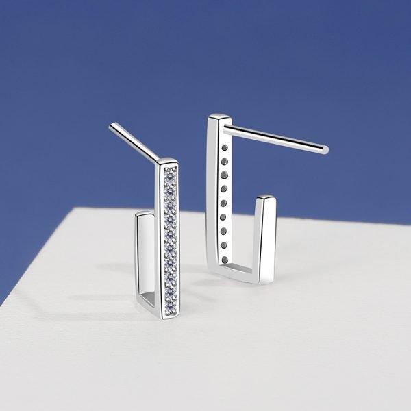 """правоъгълни сребърни обеци тип """"полухалки"""" с кубични циркони в предната част - снимка от двете страни"""