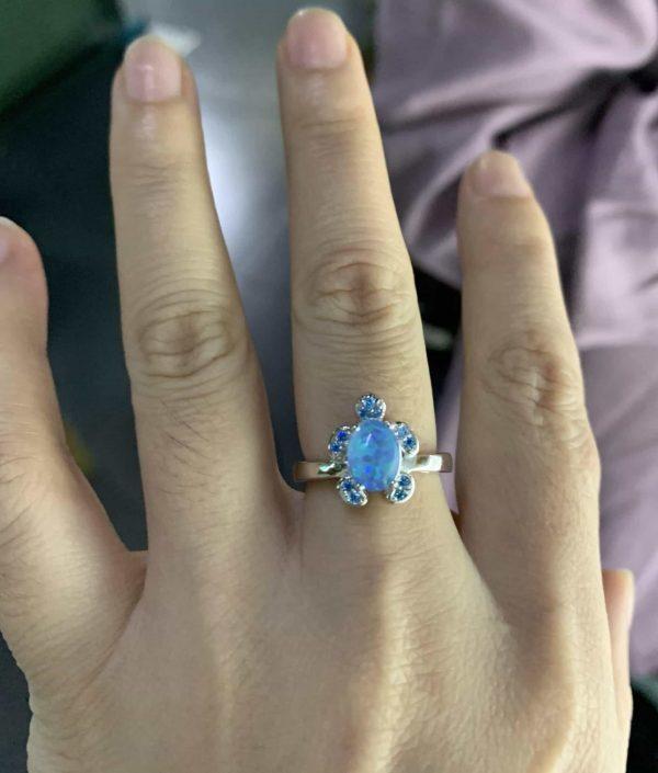 сребърен пръстен с изящен синтетичен опал под формата на костенурка на дамска ръка