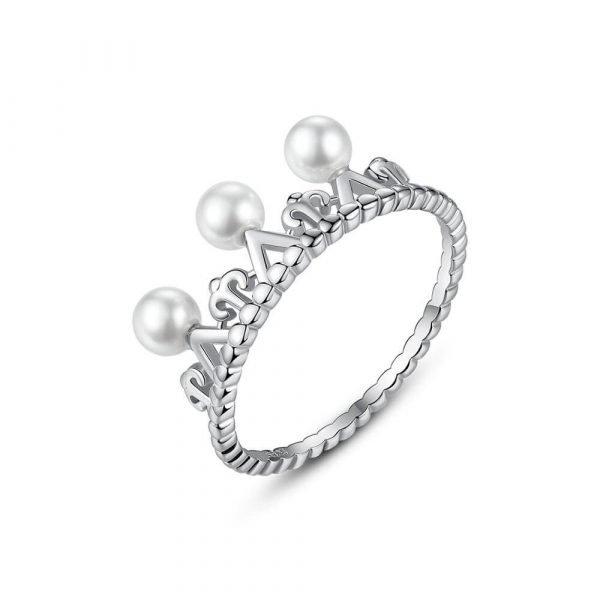 сребърен пръстен под формата на корона с няколко малки перли на бял фон