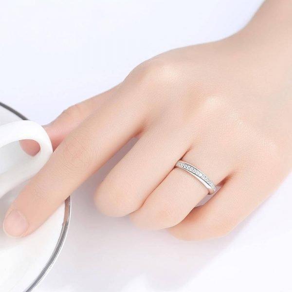 дамска ръка със изчистена сребърна халка с множество малки циркони