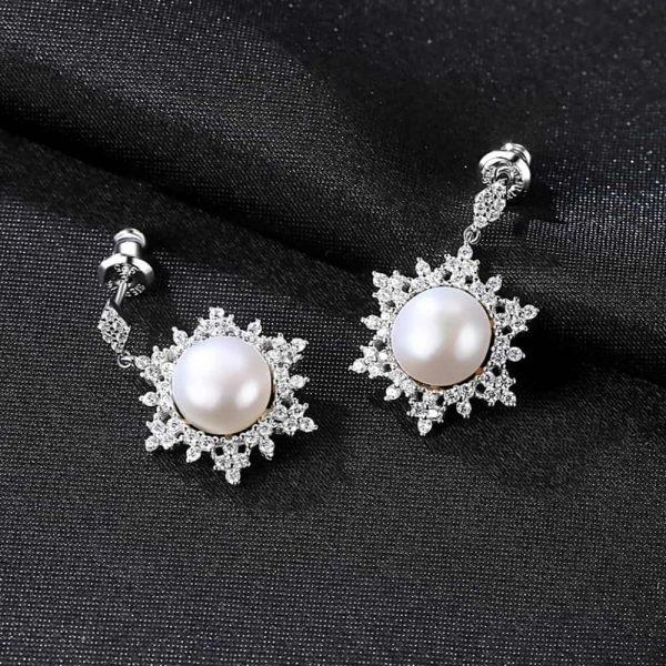 сребърни висящи обеци с масивна перла и заобикалящи я кубични циркони