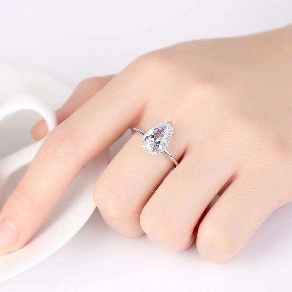 дамска ръка със сребърен пръстен с капковиден кубичен цирконий