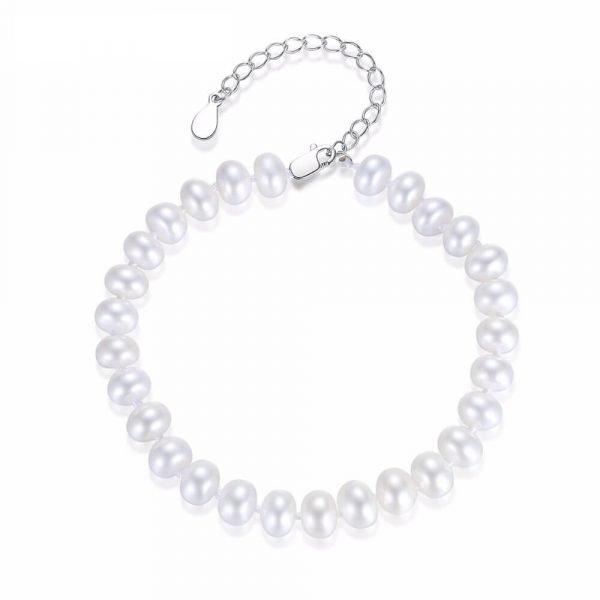 сребърна гривна с бели перли снимана отгоре на бял фон