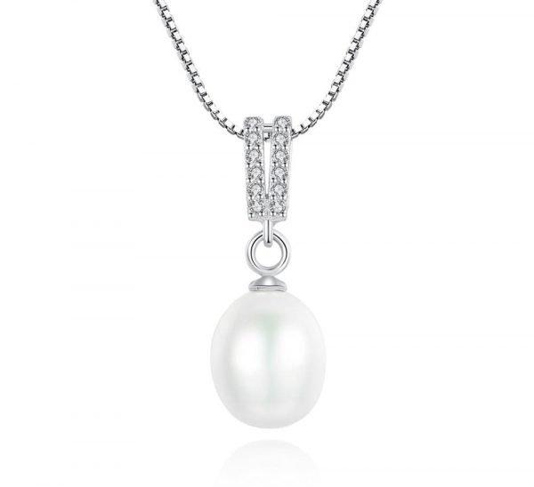 сребърно перлено колие с два реда циркони над перлата снимано фронтално на бял фон