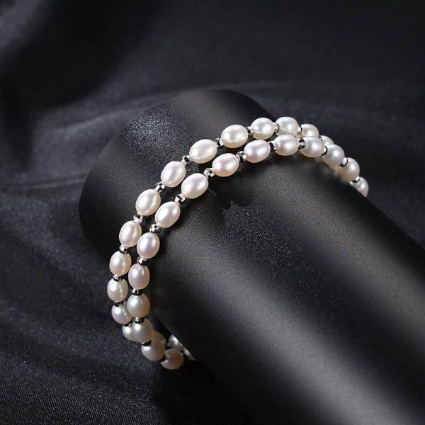изящна сребърна гривна с два реда перли върху черен конус