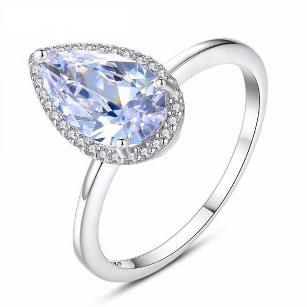 сребърен пръстен с капковиден кубичен цирконий сниман детайлно на бял фон