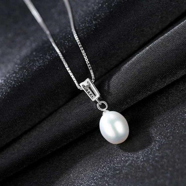 задната част на сребърно перлено колие с два реда циркони над перлата
