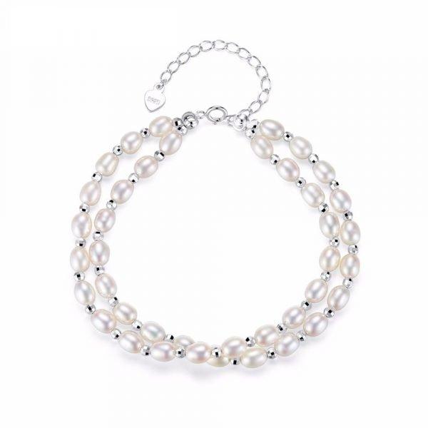 изящна сребърна гривна с два реда перли снимана отгоре върху бял фон