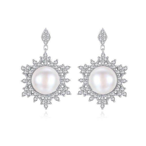 сребърни висящи обеци с масивна перла и заобикалящи я кубични циркони снимани фронтално на бял фон