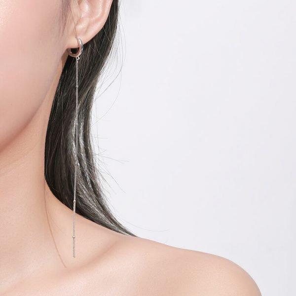 женско ухо с обеца тип халка и висяща верижка с дължина от 12.5см
