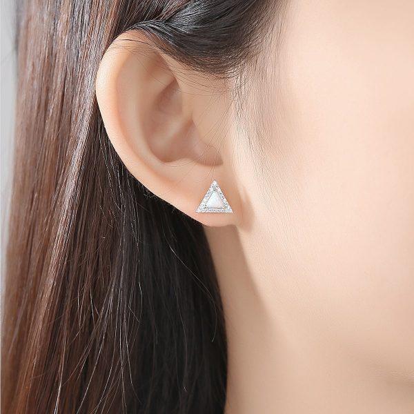 дамски модел със сребърни обеци с триъгълна форма и светъл синтетичен опал в средата