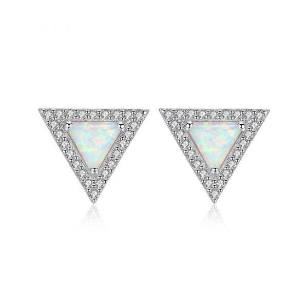 сребърни обеци с триъгълна форма и светъл синтетичен опал в средата снимани на бял фон
