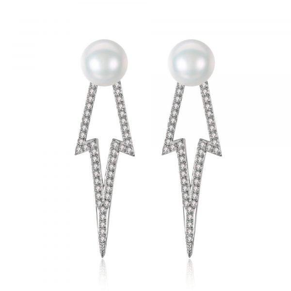 сребърни обеци под формата на стрела с бяла перла на върха снимани на бял фон